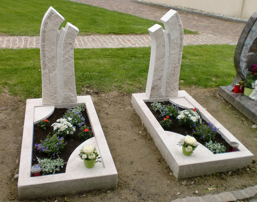 Zwei Grabdenkmäler